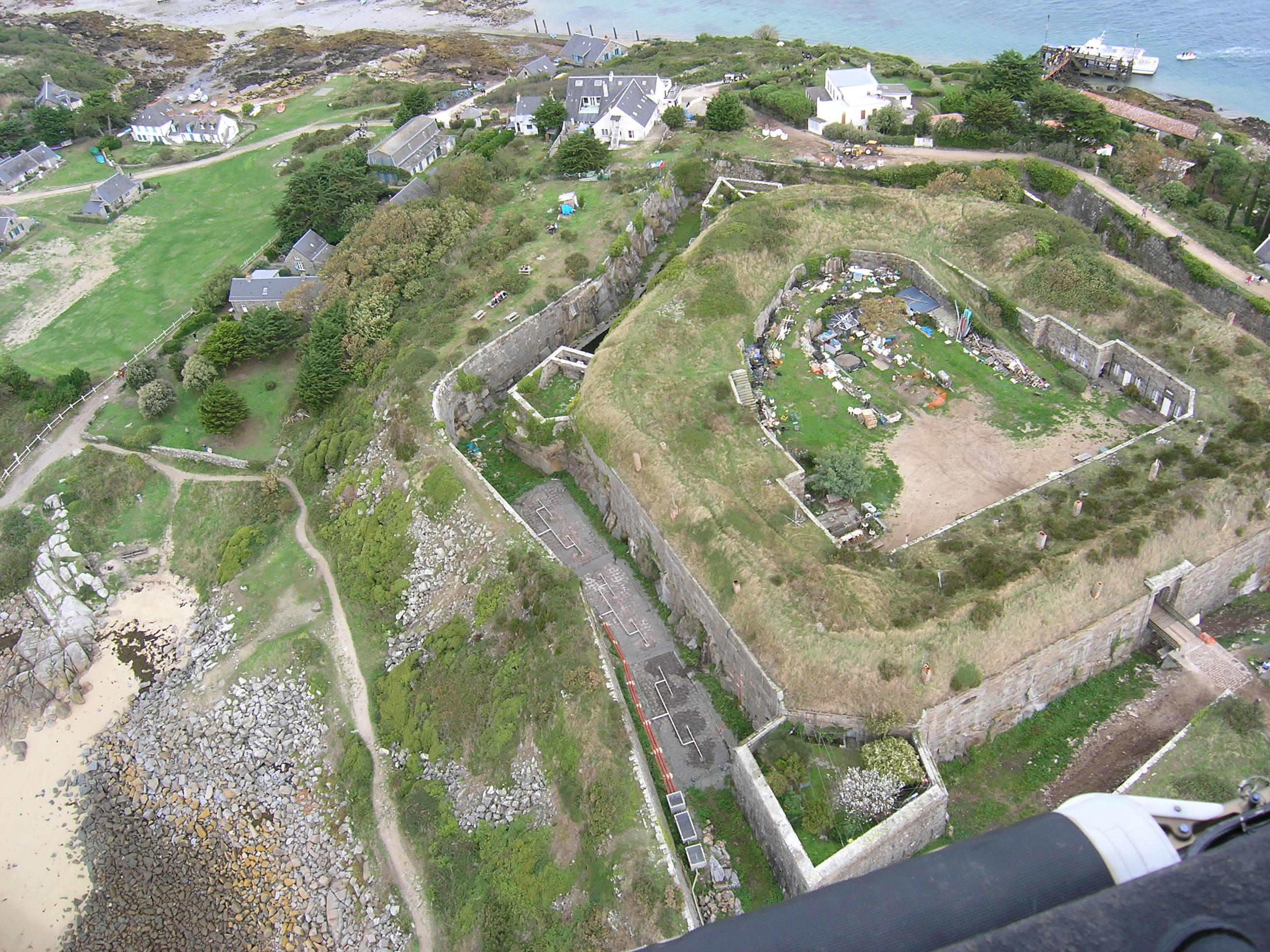 Vue aérienne de la station d'épuration implantée dans les douves du Fort de Chausey.