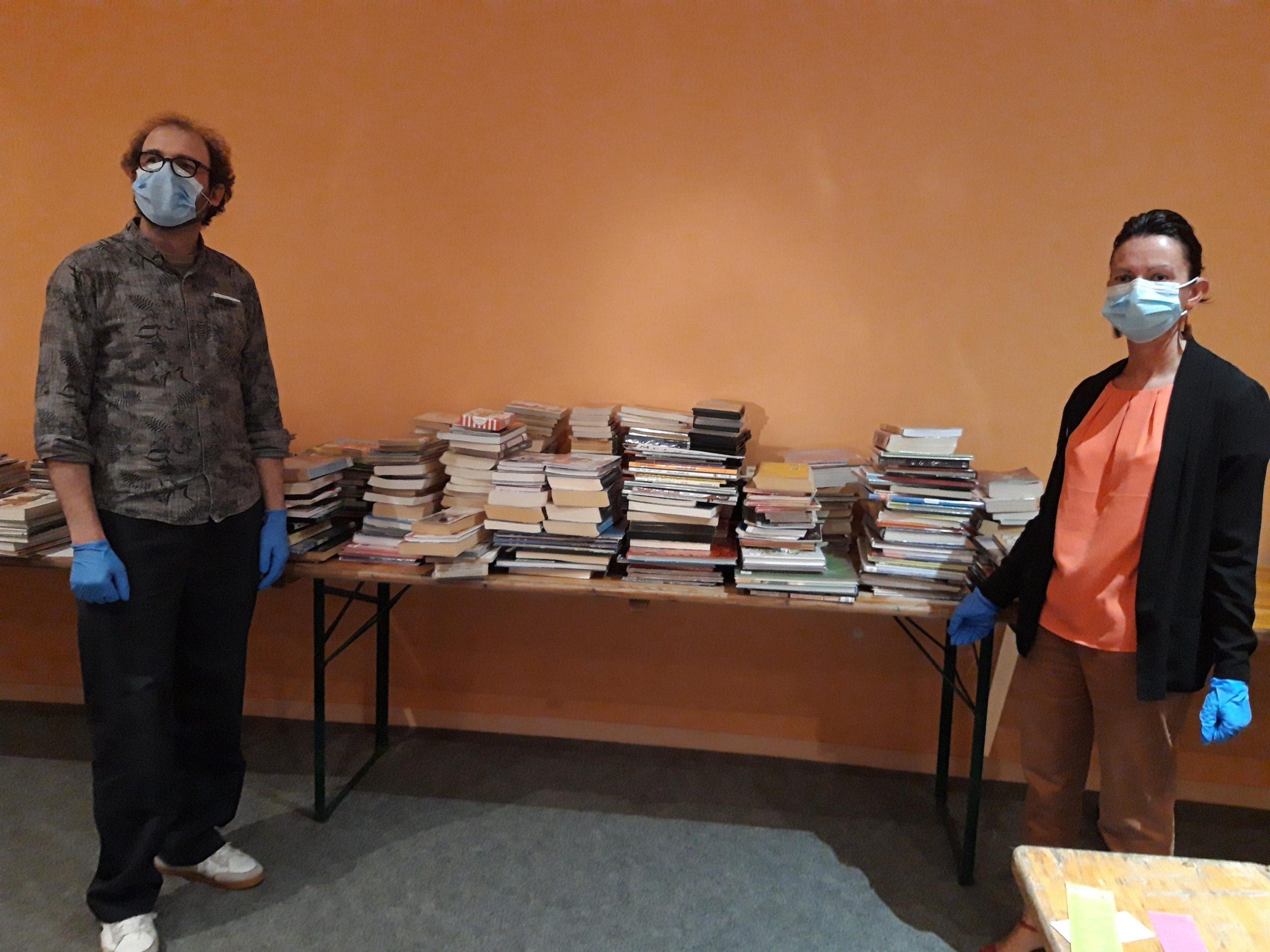 Thibaut Héquet, responsable de la médiathèque, et Marlène Turgis, responsable du Fonds Patrimoine de la médiathèque, dans l'auditorium qui accueille les documents en quarantaine depuis le 12 mai.