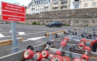 Le stationnement des remorques de bateaux est réglementé.
