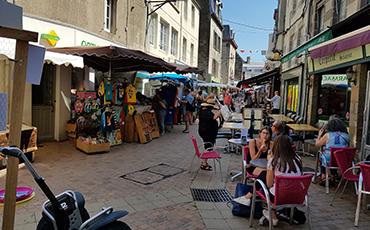 Le marché alternatif se tient chaque mercredi de l'été rue Saint-Sauveur.©Benoit.Croisy