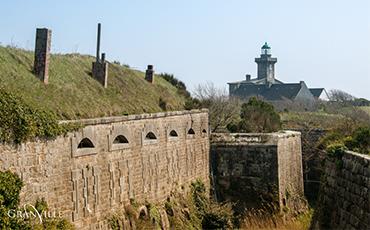 Le toit du fort de Chausey pourrait bientôt accueillir des panneaux photovoltaïques.©Benoit.Croisy
