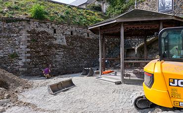 Le square Potel a accueilli des engins pendant la conduite du diagnostic archéologique préventif du Logis du Roi. ©Benoit.Croisy-Coll.Ville de Granville