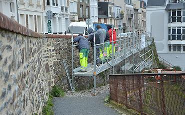 Salariés en chantier école remparts. ©Flora.Gelot - Coll. Ville de Granville