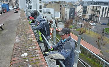 Des salariés en chantier école entretiennent les remparts de la commune