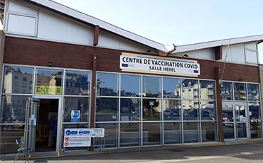 Le centre de vaccination covid de la salle de Hérel a ouvert mercredi 31 mars 2021.©Flora.Gelot